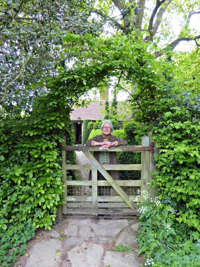 Người phụ nữ 70 tuổi biến ngôi nhà bỏ hoang thành khu vườn xinh đẹp nhờ tình yêu thiên nhiên - Ảnh 1.