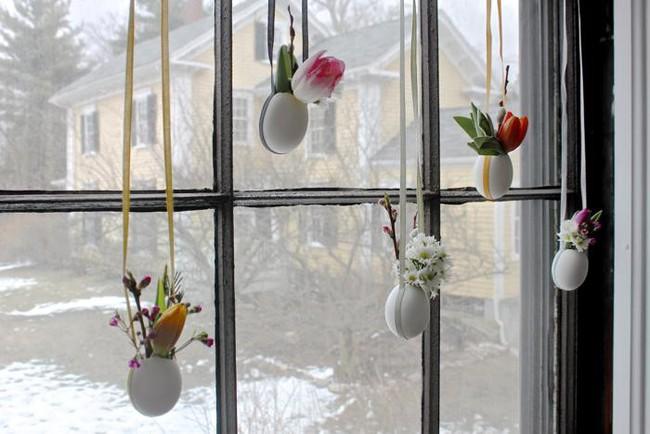 Khung cửa sổ lãng mạn bất ngờ với cách làm rèm hoa vỏ trứng vô cùng tiết kiệm chi phí - Ảnh 1.