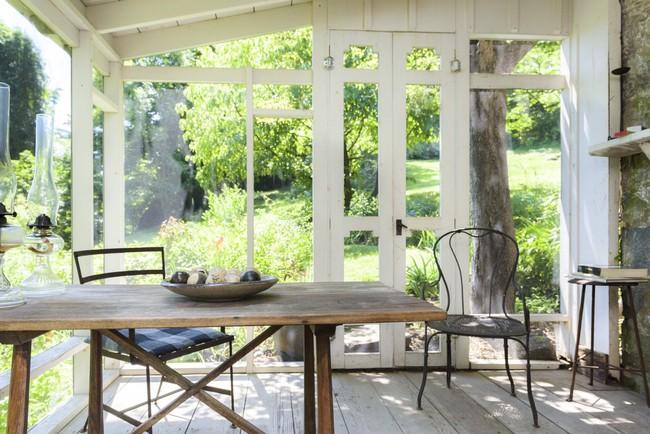 Khu vườn nhỏ xanh tươi bên ngôi nhà rêu phong cũ kỹ chỉ nhìn thôi đã thấy yên bình  - Ảnh 2.