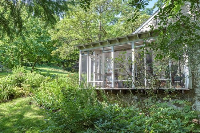 Khu vườn nhỏ xanh tươi bên ngôi nhà rêu phong cũ kỹ chỉ nhìn thôi đã thấy yên bình  - Ảnh 3.