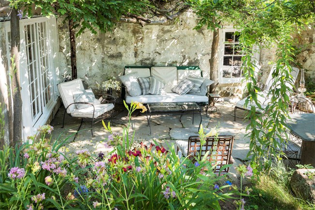 Khu vườn nhỏ xanh tươi bên ngôi nhà rêu phong cũ kỹ chỉ nhìn thôi đã thấy yên bình  - Ảnh 4.