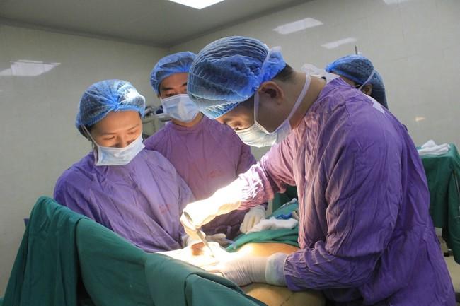Phẫu thuật cắt bỏ thành công khối u vú khổng lồ cho bệnh nhân ở Phú Thọ - Ảnh 1.