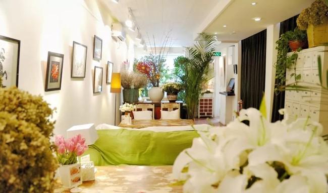Cô gái độc thân sở hữu 1 nhà hàng và 1 căn nhà lúc nào cũng ngập tràn màu sắc của các loại hoa - Ảnh 1.