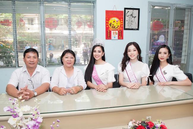 Hoa hậu Trần Tiểu Vy đẹp rạng ngời khi vui đùa cùng các em nhỏ - Ảnh 1.