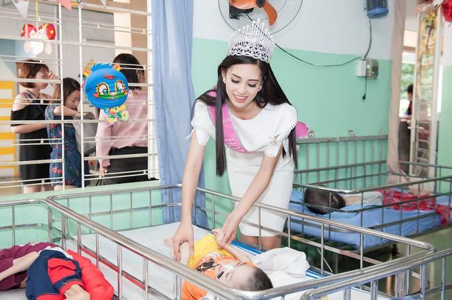 Hoa hậu Trần Tiểu Vy đẹp rạng ngời khi vui đùa cùng các em nhỏ - Ảnh 2.