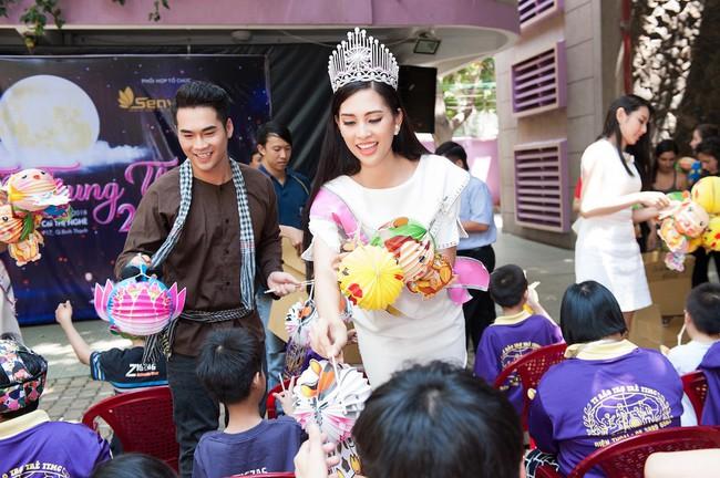 Hoa hậu Trần Tiểu Vy đẹp rạng ngời khi vui đùa cùng các em nhỏ - Ảnh 3.