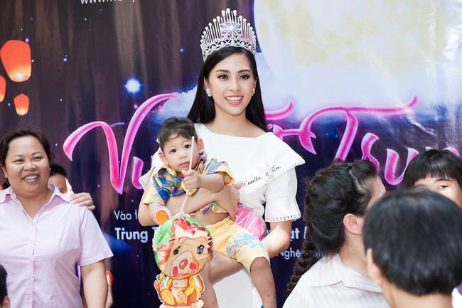 Hoa hậu Trần Tiểu Vy đẹp rạng ngời khi vui đùa cùng các em nhỏ - Ảnh 4.