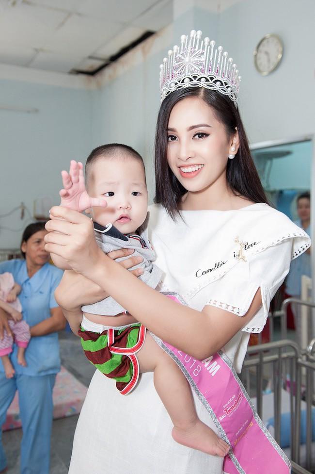 Hoa hậu Trần Tiểu Vy đẹp rạng ngời khi vui đùa cùng các em nhỏ - Ảnh 6.