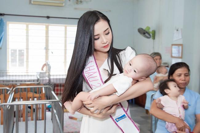 Hoa hậu Trần Tiểu Vy đẹp rạng ngời khi vui đùa cùng các em nhỏ - Ảnh 7.