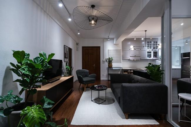 Căn hộ ở Sài Gòn đẹp bất ngờ với màu đen xám cá tính sau khi được cải tạo từ không gian cũ kỹ  - Ảnh 4.