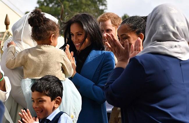 Bất ngờ bị gió thổi rối tung mái tóc, Meghan khiến chị em phụ nữ phát ghen khi được Hoàng tử Harry làm cho điều ngọt ngào này - Ảnh 2.