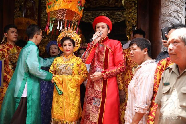 Hồ Ngọc Hà, Ngọc Trinh ăn vận kín đáo đến nhà thờ của Hoài Linh để dâng hương Tổ nghề - Ảnh 1.
