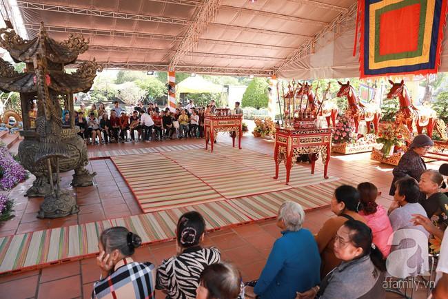 Hồ Ngọc Hà, Ngọc Trinh ăn vận kín đáo đến nhà thờ của Hoài Linh để dâng hương Tổ nghề - Ảnh 8.
