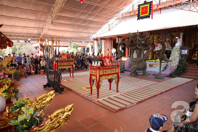 Hồ Ngọc Hà, Ngọc Trinh ăn vận kín đáo đến nhà thờ của Hoài Linh để dâng hương Tổ nghề - Ảnh 10.