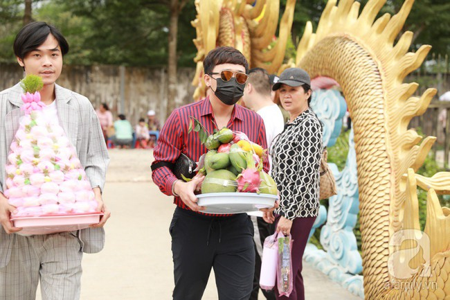 Hồ Ngọc Hà, Ngọc Trinh ăn vận kín đáo đến nhà thờ của Hoài Linh để dâng hương Tổ nghề - Ảnh 17.