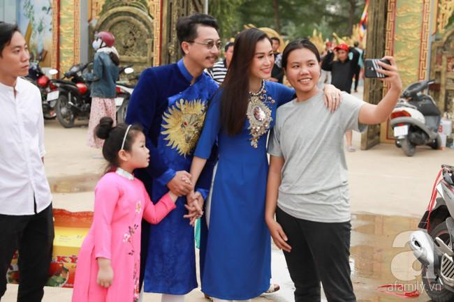 Hồ Ngọc Hà, Ngọc Trinh ăn vận kín đáo đến nhà thờ của Hoài Linh để dâng hương Tổ nghề - Ảnh 16.