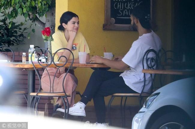 Chẳng buồn quan tâm tới tin Justin Bieber ngáo đá, Selena Gomez bận rộn liếc mắt đưa tình với bạn trai giữa phố - Ảnh 2.