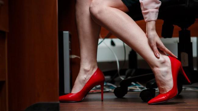 Điều gì xảy ra với cơ thể bạn khi bạn ngừng ngay việc đi giày cao gót ngày này qua ngày khác? - Ảnh 2.