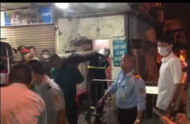Đưa 2 thi thể trong vụ hỏa hoạn gần Bệnh viện Nhi Trung ương ra ngoài: không phải 1 người lớn và 1 trẻ con như tin đồn - Ảnh 1.