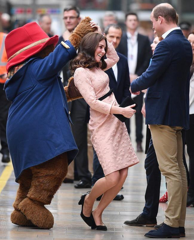 Đây chính là những bức ảnh chứng minh rằng cho dù bạn là Công nương, Hoàng tử hay Nữ Hoàng thì vẫn chỉ là những người vô cùng bình thường - Ảnh 9.