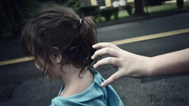 Giật mình cảnh tượng kẻ lạ thản nhiên bắt cóc bé gái 2 tuổi trước sự có mặt của bố mẹ chỉ trong vài giây - Ảnh 2.