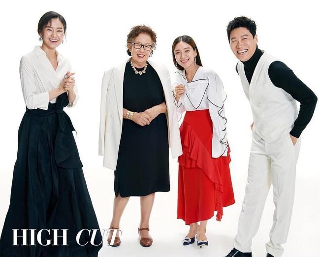 Hình tạp chí khủng nhất: Cặp đôi phim 600 tỉ Lee Byung Hun và Kim Tae Ri tái hợp, mỹ nam EXO vinh dự lộ diện - Ảnh 1.