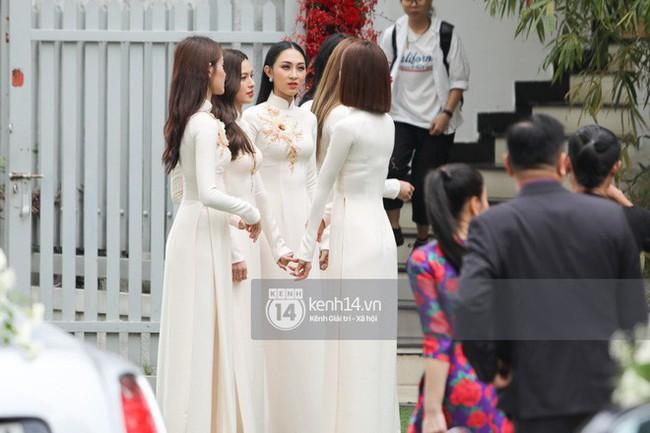Cô dâu thường chọn màu áo đỏ, riêng Lan Khuê lộng lẫy diện áo dài trắng thêu cánh phượng trong lễ ăn hỏi  - Ảnh 5.