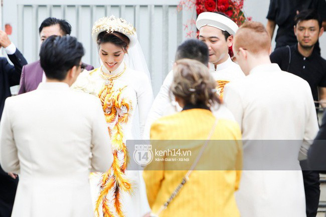Cô dâu thường chọn màu áo đỏ, riêng Lan Khuê lộng lẫy diện áo dài trắng thêu cánh phượng trong lễ ăn hỏi  - Ảnh 4.