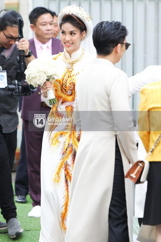Cô dâu thường chọn màu áo đỏ, riêng Lan Khuê lộng lẫy diện áo dài trắng thêu cánh phượng trong lễ ăn hỏi  - Ảnh 3.