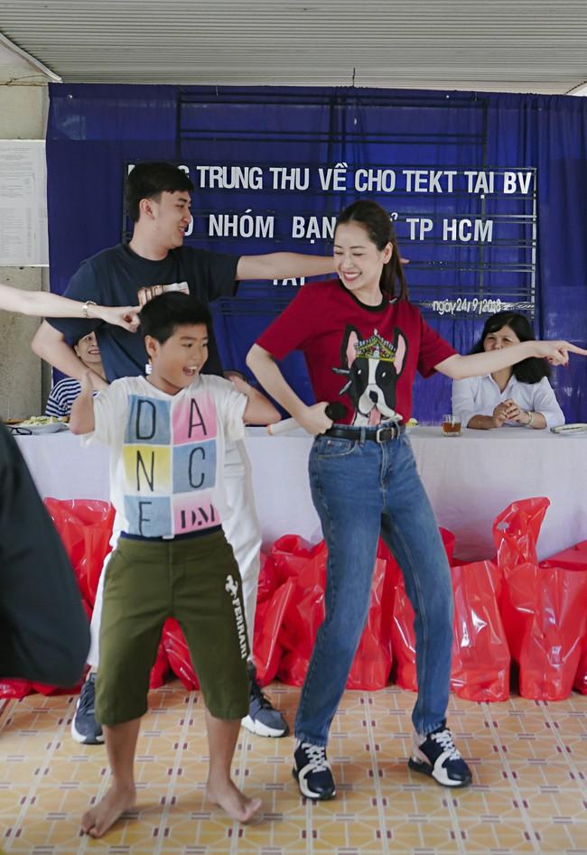 Chi Pu xuất hiện giản dị bên mẹ khi đi từ thiện  - Ảnh 8.
