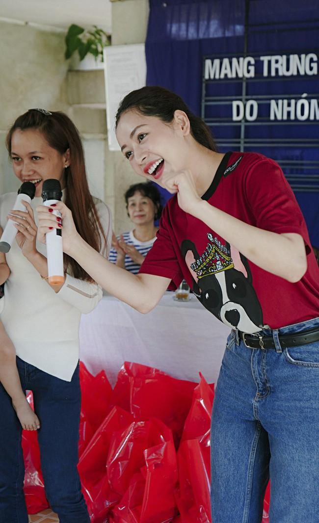 Chi Pu xuất hiện giản dị bên mẹ khi đi từ thiện  - Ảnh 6.