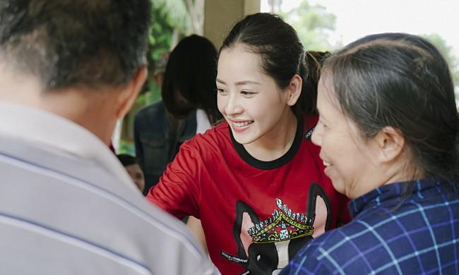Chi Pu xuất hiện giản dị bên mẹ khi đi từ thiện  - Ảnh 5.