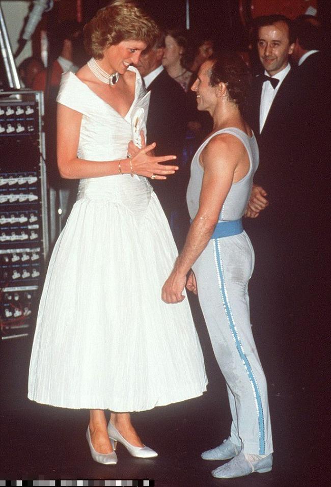 Công nương Diana từ bỏ điều này để làm dâu Hoàng gia: Lời cảnh tỉnh chị em - tình yêu không phải thứ duy nhất để phụ nữ quan tâm! - Ảnh 1.