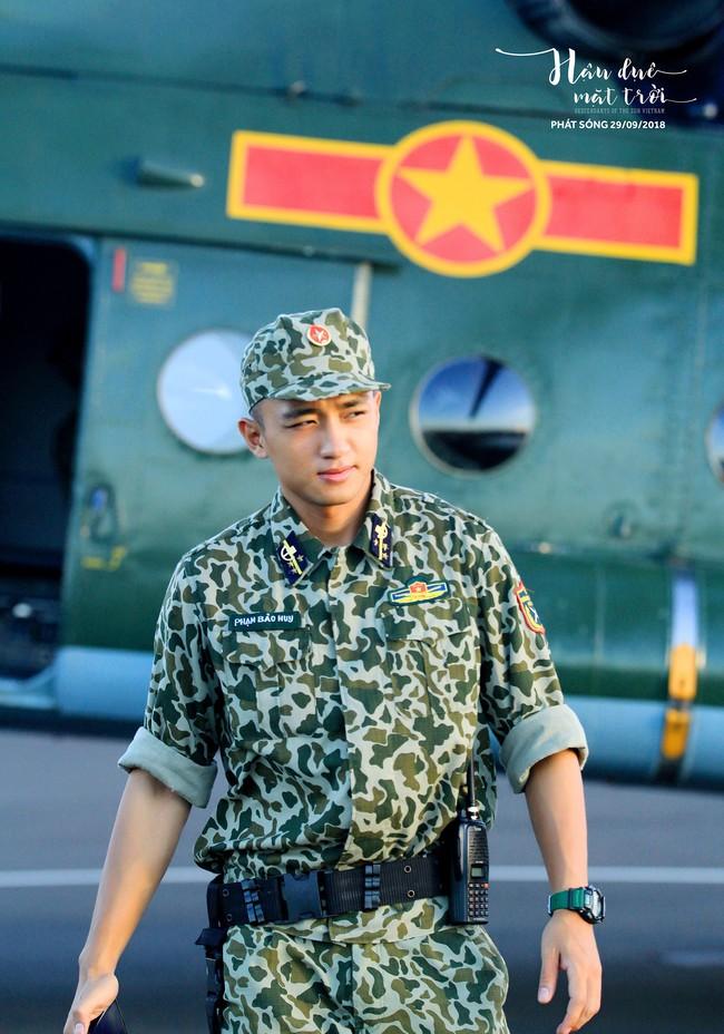 Hậu duệ Mặt trời tung bộ ảnh quân nhân, Song Luân tạo dáng giống hệt Song Joong Ki   - Ảnh 9.