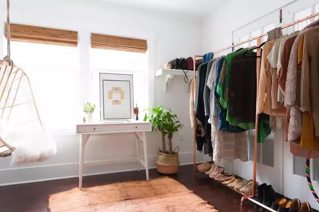 4 cách thiết kế tủ quần áo cực hợp lý trong những phòng ngủ chật hẹp - Ảnh 3.