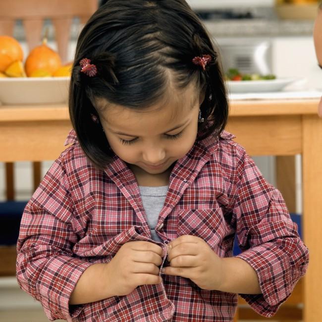 Theo phương pháp Montessori thì đây là 10 việc nên để con tự làm   - Ảnh 1.
