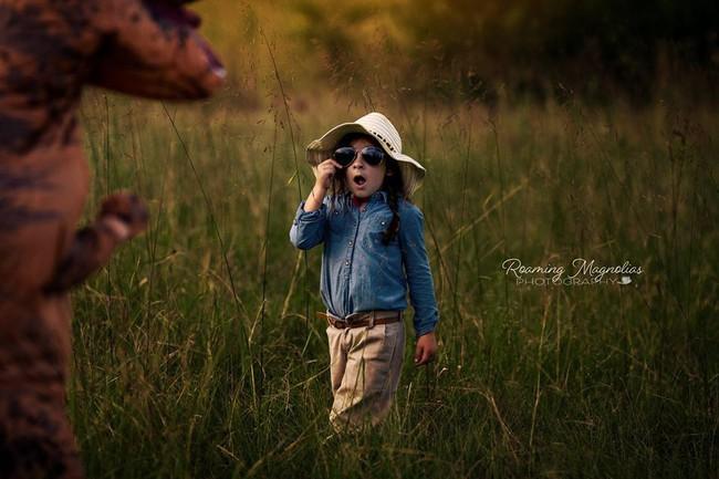 Bộ ảnh gia đình hot nhất MXH: Bé trai tự kỷ sợ chụp ảnh, bố mẹ sắm luôn bộ đồ khủng long để em tự tin lên hình cùng cả nhà - Ảnh 1.