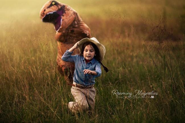 Bộ ảnh gia đình hot nhất MXH: Bé trai tự kỷ sợ chụp ảnh, bố mẹ sắm luôn bộ đồ khủng long để em tự tin lên hình cùng cả nhà - Ảnh 4.