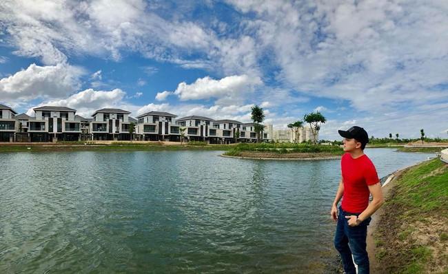 Ca sĩ Cao Thái Sơn sở hữu biệt thự ven hồ có giá triệu đô, đẹp lãng mạn giữa lòng Sài Gòn - Ảnh 4.