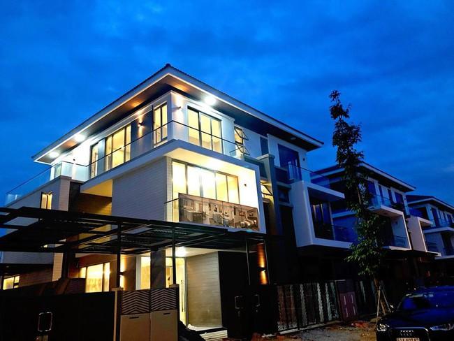 Ca sĩ Cao Thái Sơn sở hữu biệt thự ven hồ có giá triệu đô, đẹp lãng mạn giữa lòng Sài Gòn - Ảnh 2.