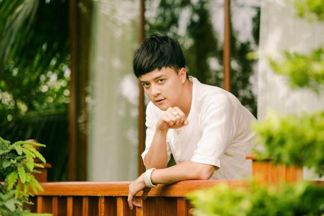 Ca sĩ Cao Thái Sơn sở hữu biệt thự ven hồ có giá triệu đô, đẹp lãng mạn giữa lòng Sài Gòn - Ảnh 1.