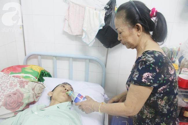 Phép màu đến với người mẹ xin cơm từ thiện, nuôi con trai liệt nửa người suốt 2 năm trời trong bệnh viện - Ảnh 8.