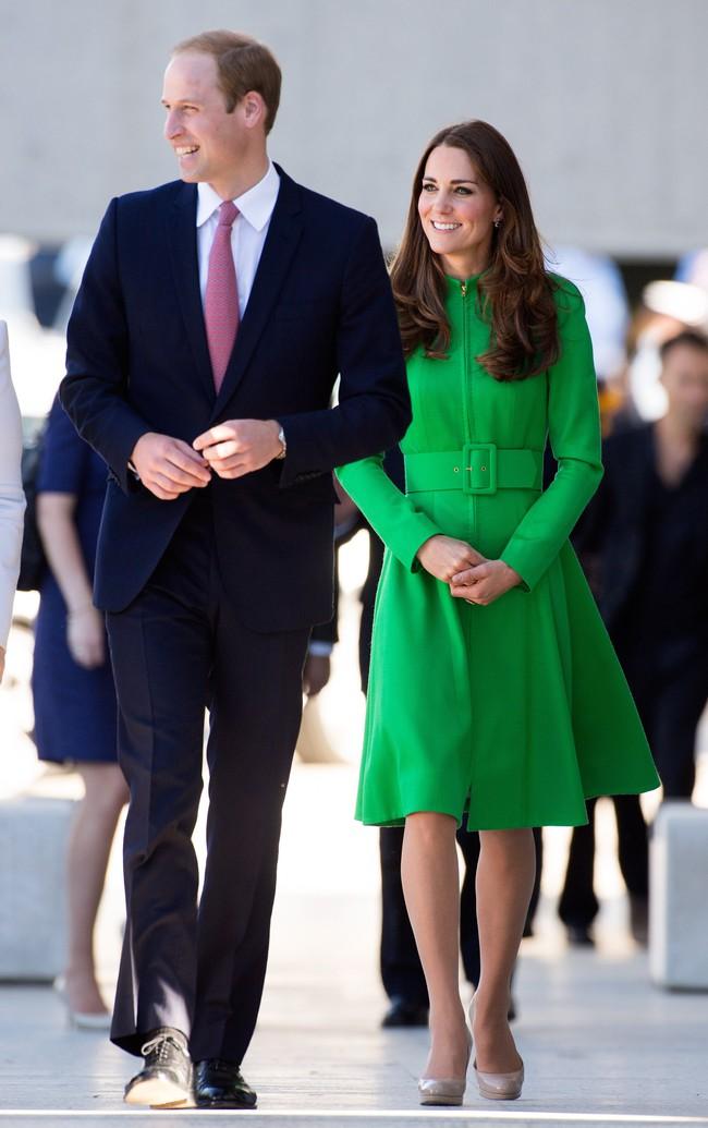 Người ta diện đồ màu chóe thì sến sẩm nhưng Công nương Kate mặc lên lại sang trọng và cuốn hút đến lạ - Ảnh 2.