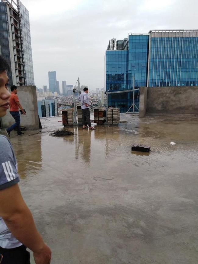 Cận cảnh nơi đặt cần trục rơi xuống đường Lê Văn Lương khiến mẹ đơn thân tử vong - Ảnh 8.