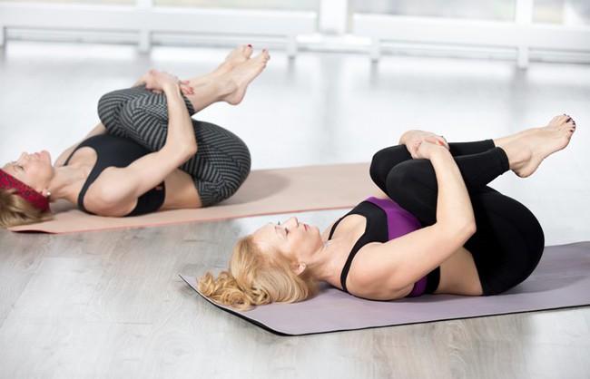 Những bài tập yoga cơ bản giúp bạn vừa giảm cân lại có thể ngăn ngừa táo bón - Ảnh 1.