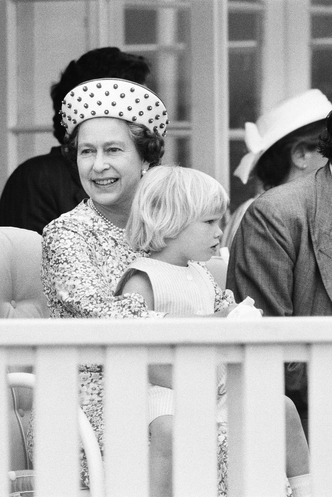 Xuất hiện trước công chúng nghiêm túc là vậy nhưng Nữ hoàng cũng có những khoảnh khắc phá lệ chứng tỏ là người bà tuyệt vời - Ảnh 3.