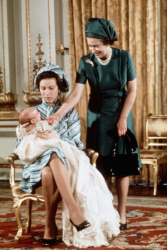 Xuất hiện trước công chúng nghiêm túc là vậy nhưng Nữ hoàng cũng có những khoảnh khắc phá lệ chứng tỏ là người bà tuyệt vời - Ảnh 1.