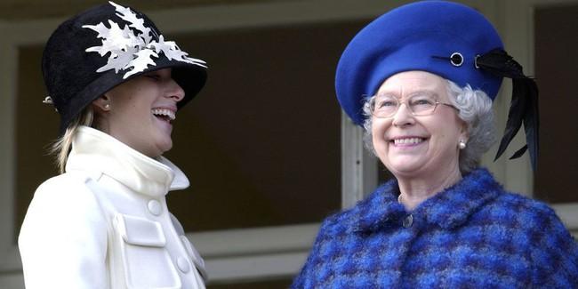 Xuất hiện trước công chúng nghiêm túc là vậy nhưng Nữ hoàng cũng có những khoảnh khắc phá lệ chứng tỏ là người bà tuyệt vời - Ảnh 12.