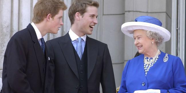 Xuất hiện trước công chúng nghiêm túc là vậy nhưng Nữ hoàng cũng có những khoảnh khắc phá lệ chứng tỏ là người bà tuyệt vời - Ảnh 13.