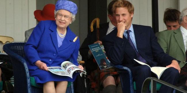 Xuất hiện trước công chúng nghiêm túc là vậy nhưng Nữ hoàng cũng có những khoảnh khắc phá lệ chứng tỏ là người bà tuyệt vời - Ảnh 14.
